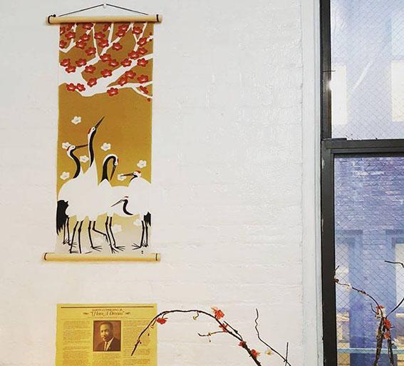 「デザインオフィス兼ショールーム」にて。手ぬぐいをアートとして展示